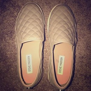 Steve Madden Slip on quilted flats in tan size 7.5